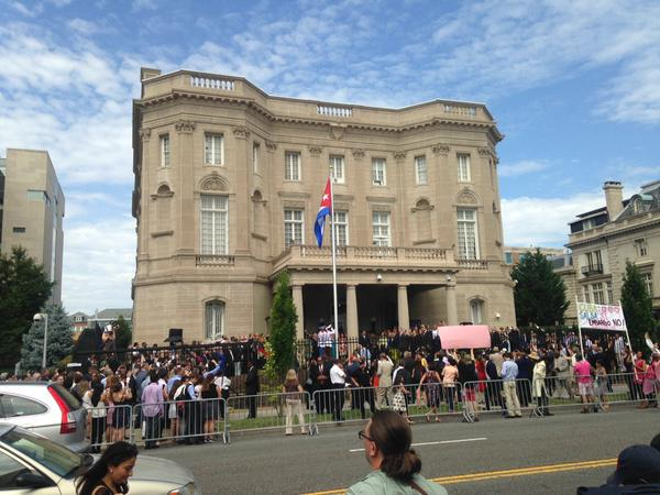 En nuestra embajada en Washington se realizó el acto oficial de izamiento de la bandera nacional, presidido por el canciller Bruno Rodríguez